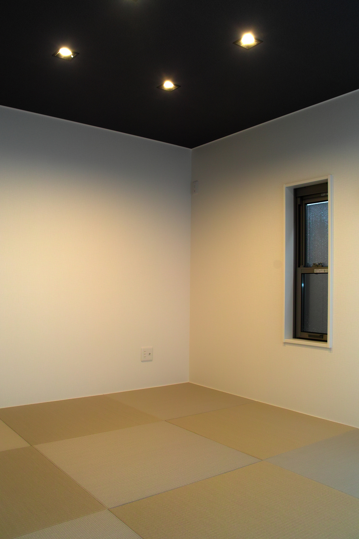 白い縁なし畳(琉球畳)の部屋